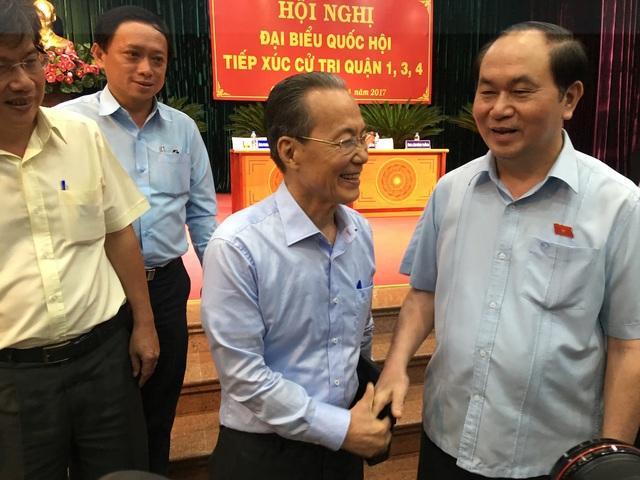 Chủ tịch nước Trần Đại Quang bắt tay thăm hỏi cử tri