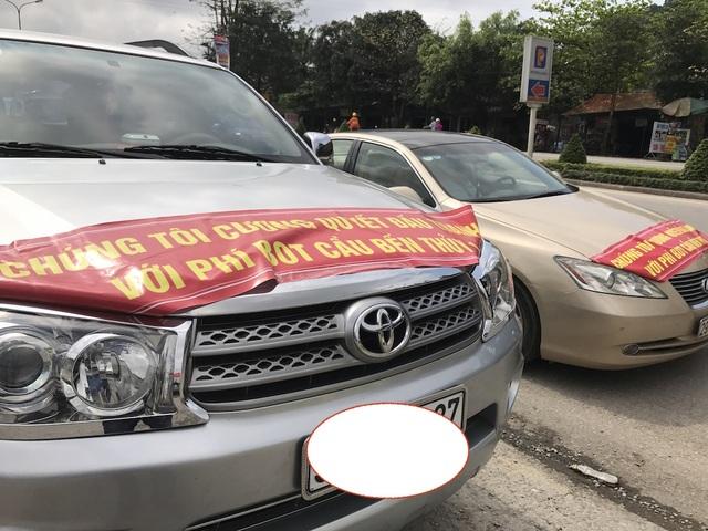 Trên xe dán những băng rôn phản đối quyết liệt phí BOT.
