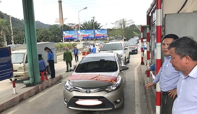 Sáng 19/3, dân địa bàn Nghi Xuân, Hà Tĩnh đưa ô tô lên cầu Bến Thủy 1 phản đối.