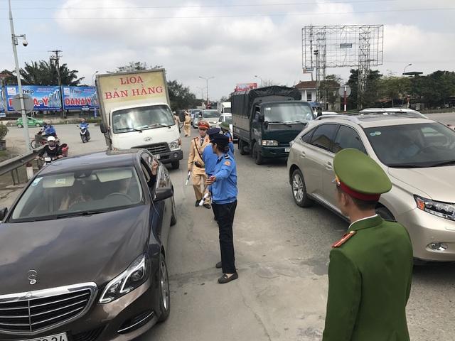 Lực lượng CSGT và nhân viên trạm thu phí cầu Bến Thủy 1 khuyên những người lái xe không nên đưa xe chặn đầu cầu gây ách tắc giao thông.