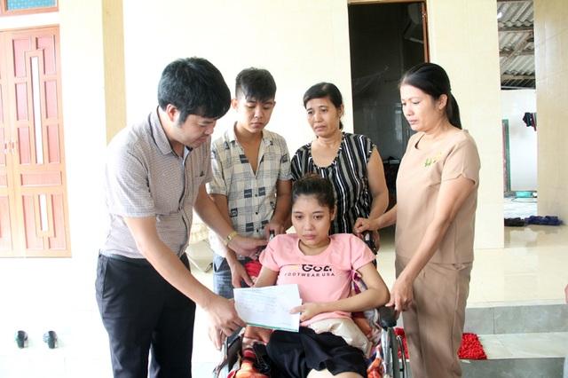 PV Dân trí thay mặt một số bạn đọc báo Dân trí tại địa bàn Hà Tĩnh chuyển tận tay em Hoa món quà nhỏ để em chạy chữa vết thương.