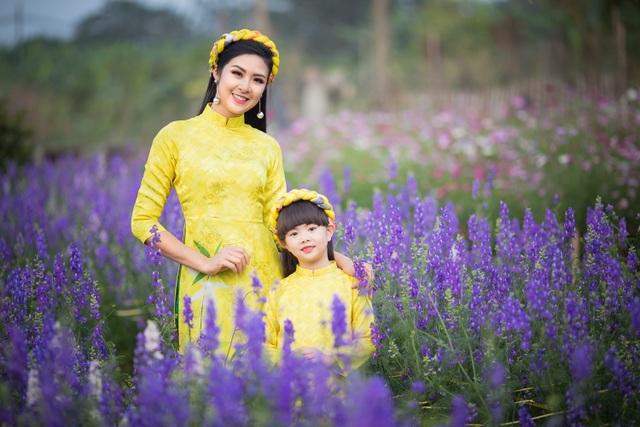 Hoa hậu Ngọc Hân xúng xính áo dài du xuân cùng dàn mẫu nhí - 2