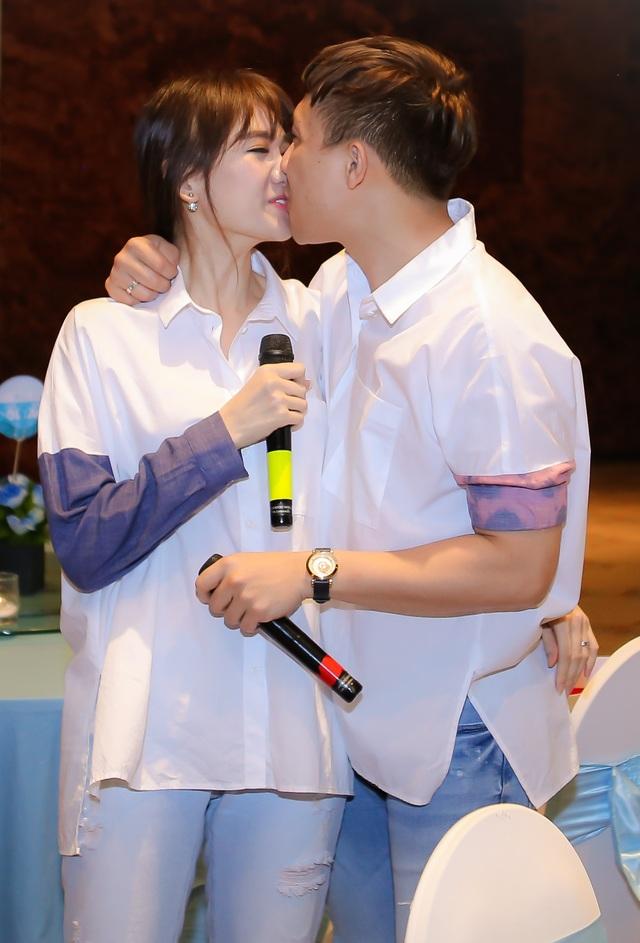 Trấn Thành và Hari không ngừng dành cho nhau nụ hôn ngọt ngào, say đắm trong suốt bữa tiệc.