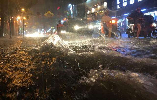 Đường phố chìm trong biển nước khiến việc đi lại của người dân gặp nhiều khó khăn.