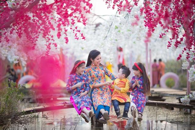 Hoa hậu Ngọc Hân xúng xính áo dài du xuân cùng dàn mẫu nhí - 15