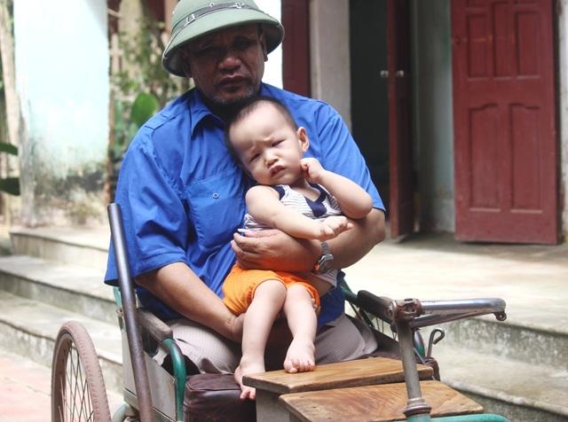 Hình ảnh ông ngoại tật nguyền bế cháu bệnh hiểm nghèo khiến ai cũng xót xa