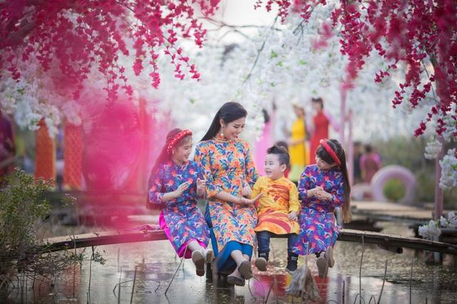 Hoa hậu Ngọc Hân xúng xính áo dài du xuân cùng dàn mẫu nhí - 14