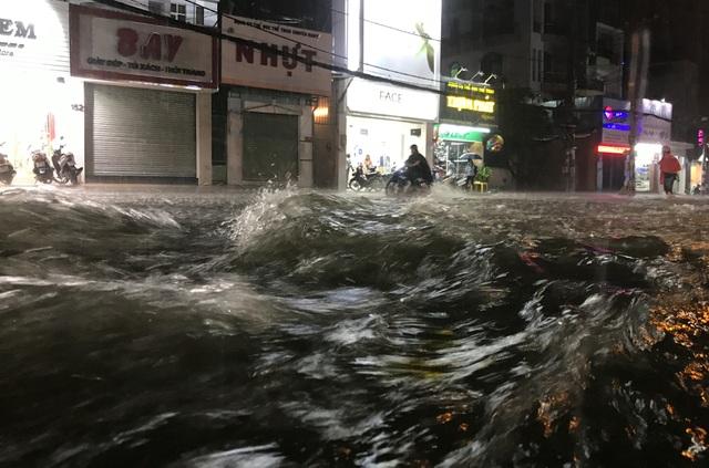 Nước mưa xối xả như thác đổ trên đường phố trong cơn mưa tối nay 29/5.