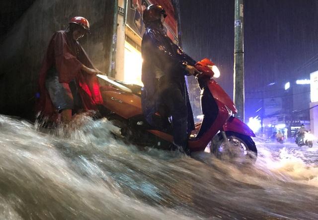 Nước mưa chảy cuồn cuộn trên đường Võ Văn Ngân, quận Thủ Đức.