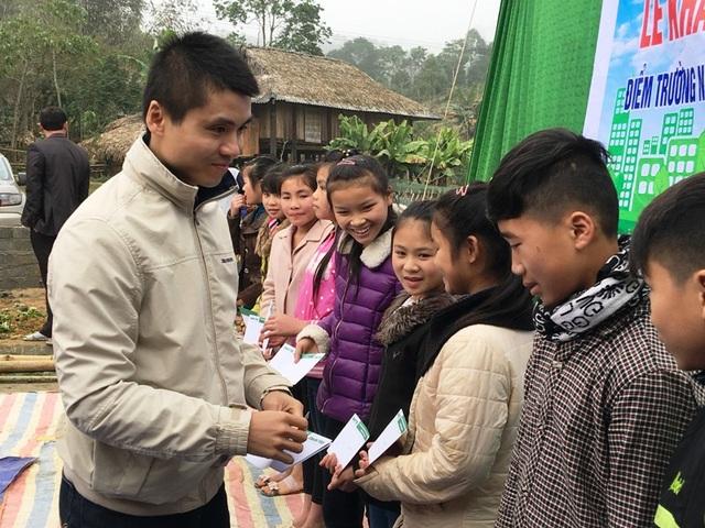 Nhà báo Phạm Tuấn Anh trao học bổng cho các cháu học sinh khó khăn của bản Nà Đang
