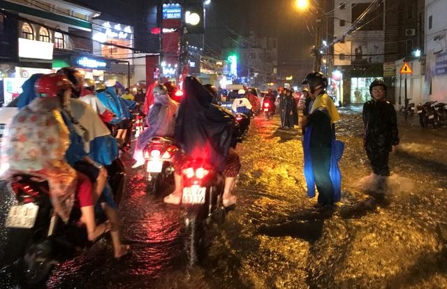 Lực lượng Công an, BVDP, Dân phòng các địa phương được điều động xuống đường để giúp đỡ, hướng dẫn người dân qua khu vực ngập nước.