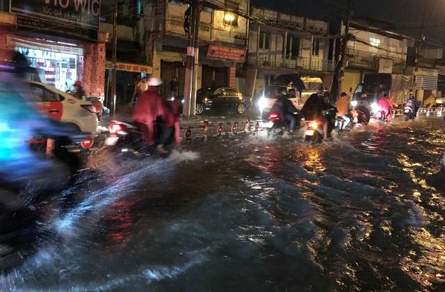 Đến hơn 21h tối nay 29/5, người dân vẫn còn bì bõm lội nước để về nhà.