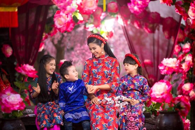 Hoa hậu Ngọc Hân rạng rỡ sắc xuân cùng dàn mẫu nhí.