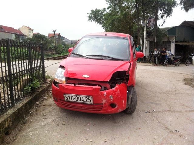 Chiếc xe hư hỏng cả đầu và đuôi.