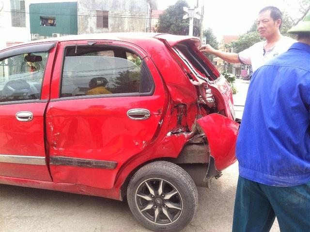 Toàn bộ bên trái, đầu và đuôi xe bị hư hỏng nặng. May mắn là không ai bị thương trong vụ tai nạn này.