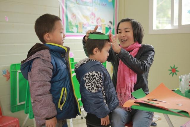 Cô giáo Hà cùng với học trò của mình