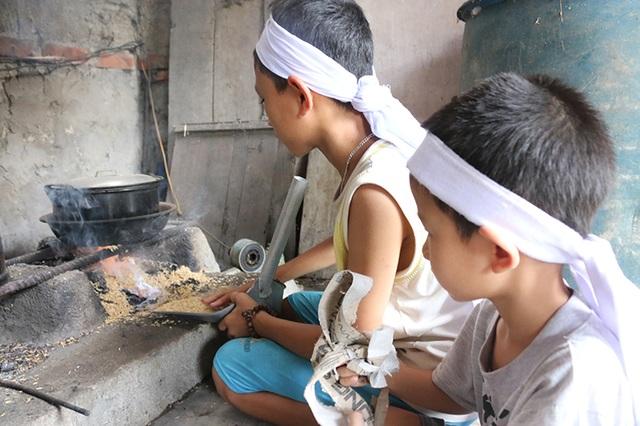 Bình thường chị gái đi làm phụ hồ, 3 đứa em thơ thay chị lo việc lặt vặt trong nhà và lo thuốc men cho người mẹ bệnh tật.
