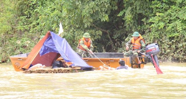 Lực lượng cứu hộ cứu người bị nước lũ cuốn trôi