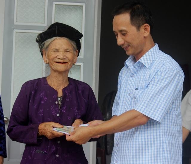 Ông Trương Thanh Quế , Phó Phòng LĐTB&XH huyện Hoằng Hóa trao 20 triệu đồng tới cụ Miêng