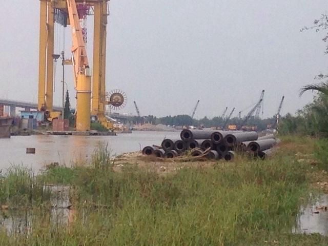 Những trụ sắt tại Saigon Peninsula đang trơ gan cùng tuế nguyệt