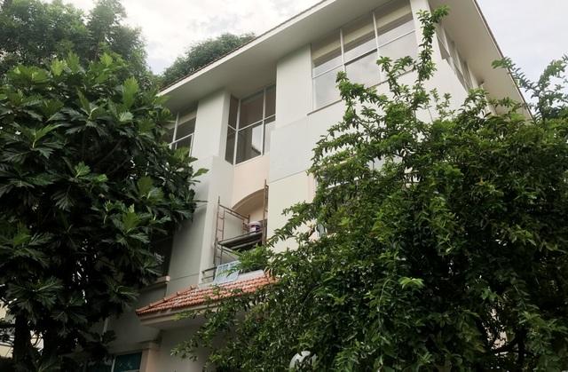 Căn biệt thự nằm cuối đường Mỹ Kim 2, KĐT Phú Mỹ Hưng, quận 7, TPHCM, xung quanh trồng nhiều cây xanh và cổng rào khá kiên cố.