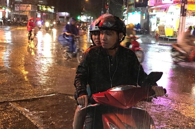Nhiều người đi đường ướt sũng trong cơn mưa tầm tã.