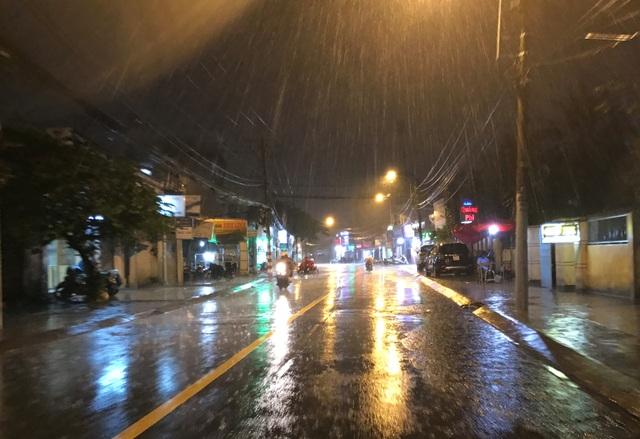 Cơn mưa trái mùa giữa tháng chạp cực lớn bất ngờ đổ xuống vùng phía Đông Sài Gòn.