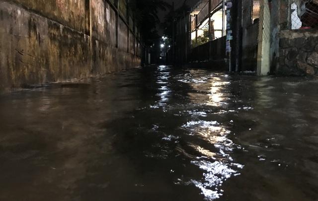 Một con hẻm vào khu dân cư trên đường Kha Vạn Cân, quận Thủ Đức ngập sâu trong nước sau cơn mưa.