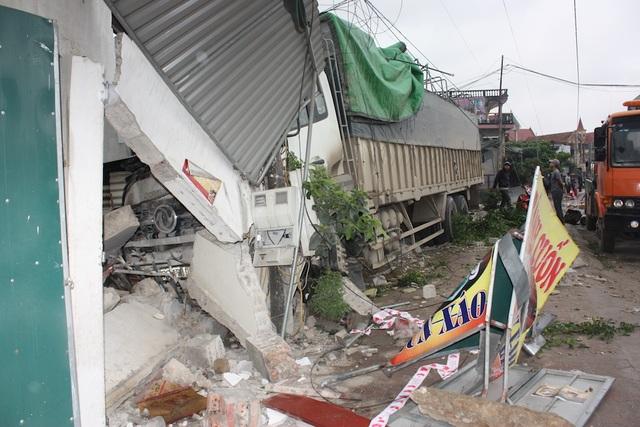 Nhà dân bị tông sập, hư hỏng nặng.