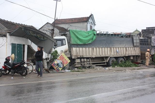 Hiện trường vụ tai nạn chiếc xe tải đâm sập nhà dân sau khi tông chết người đi bộ.