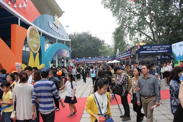 Ngay trong ngày đầu khai mạc, hội chợ đã thu hút rất đông người dân và các doanh nghiệp tham gia