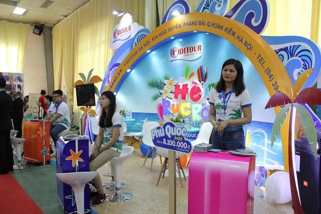 Các gian hàng tham gia hội chợ được trang trí bắt mắt, thu hút khách tham quan.