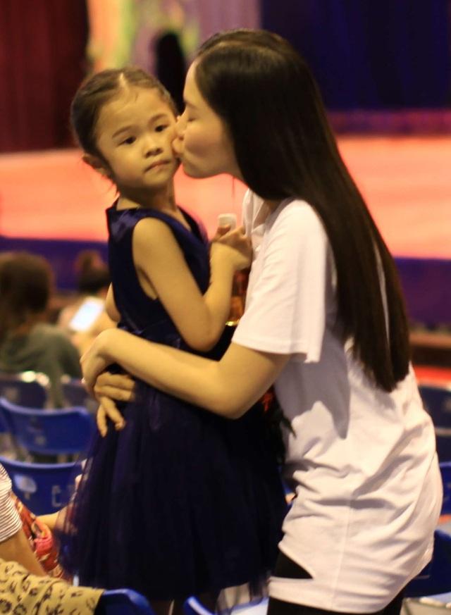 Lý Phương Châu dành nụ hôn tình cảm cho con gái, có lẽ thời điểm này con gái chính là niềm vui và hạnh phúc của cô sau cuộc hôn nhân không hạnh phúc