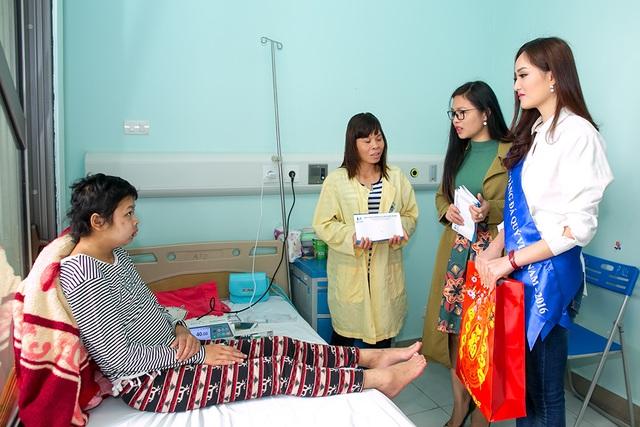 Nữ hoàng Nguyễn Thị Oanh cũng trao quà cho các bệnh nhi tại Bệnh viện Nhi Trung ương.