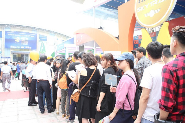 Người dân xếp hàng dài, kiên nhẫn đứng chờ tại các gian hàng để săn vé máy bay giá rẻ