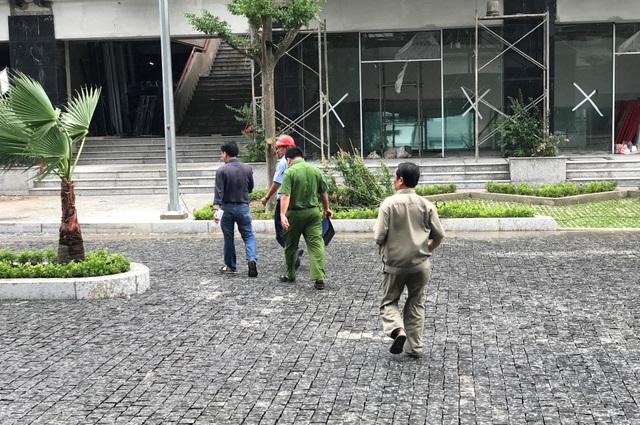 Công an phường Bình Khánh khám nghiệm hiện trường vụ trộm.