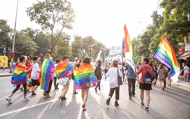 """Chủ đề của ngày hội năm nay là Thủ đô tự hào - Capital of Pride đã diễn ra trong nhiều tuần lễ với hơn 25 sự kiện lớn nhỏ. Quy mô của sự kiện đã vượt ra ngoài một cuộc tuần hành với các hoạt động như Triển lãm lịch sử về cộng đồng LGBTQ Vietnam Queer History Month, triển lãm về cộng đồng người vô tính và bán tính, các buổi chia sẻ, workshop về các vấn đề tâm lý... và kết thúc bằng """"buổi diễu hành 6 màu"""" hoành tráng."""