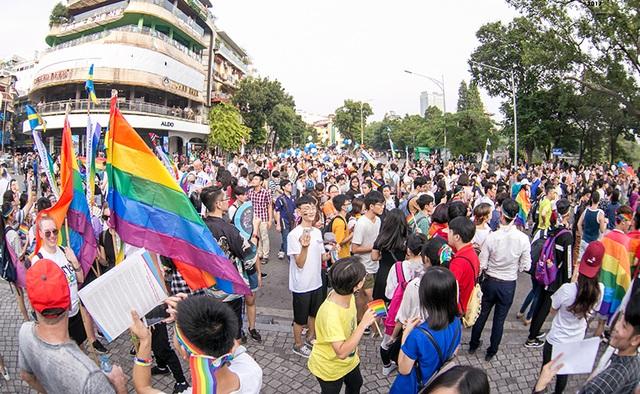 Tiếp tục nhân thêm những câu chuyện, niềm vui cho cộng đồng LGBT Việt Nam, Ngày hội Hanoi Pride 2017 đã được tổ chức một lần nữa vào chiều ngày 24/9 vừa qua tại phố đi bộ, Hà Nội. Sau 5 năm liên tục tổ chức thành công và sự thu hút được sự quan tâm đông đảo của mọi người, Hanoi Pride (trước đây là Việt Pride Hanoi) đã trở thành sự kiện thường niên được nhiều người mong đợi. Đây là một sự kiện nhằm nâng cao nhận thức của xã hội, giáo dục cộng đồng về tính đa dạng của tính dục và trao quyền cho nhóm tính dục thiểu số. Tại rất nhiều đất nước, như Thụy Điển, Hà Lan, Úc, Pride là một sự kiện thường niên thu hút hàng triệu người tham gia bao gồm cả các nhà chính trị, các nhà hoạt động xã hội, LGBT, các liên minh và những ai ủng hộ cho quyền bình đẳng và nhân ái.