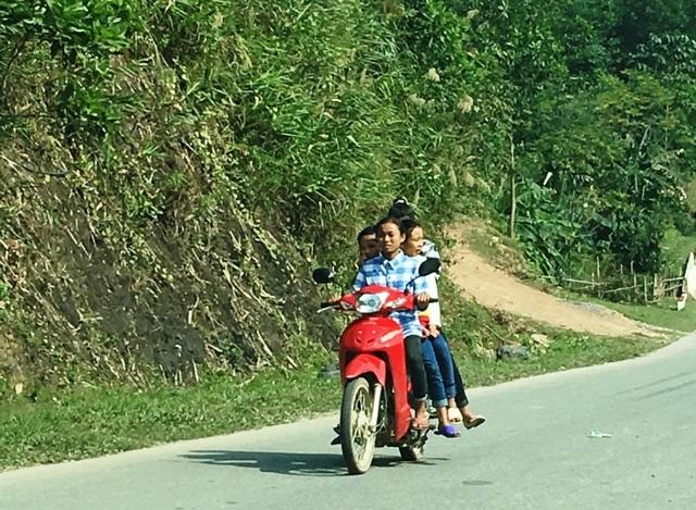 Nhiều người còn kẹp 4 đi ra đường và trên đầu không đội mũ bảo hiểm