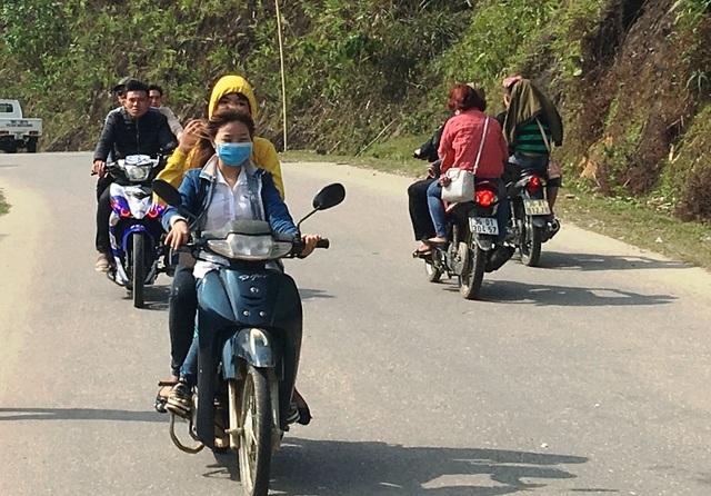 Nhiều người cho rằng ngày Tết không bị lực lượng chức năng xử lý nên ra đường không đội mũ bảo hiểm