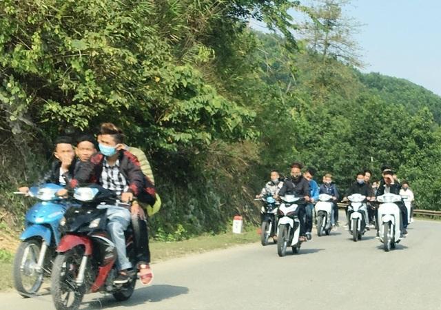Nhiều tốp thanh niên đi xe máy lấn chiếm gần hết làn đường, làm ảnh hưởng đến việc lưu thông của các phương tiện khác