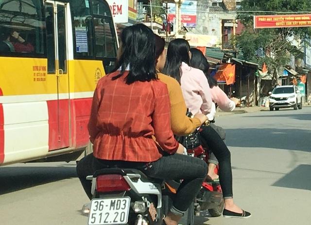 Vô tư đầu trần điều khiển xe máy tham gia giao thông