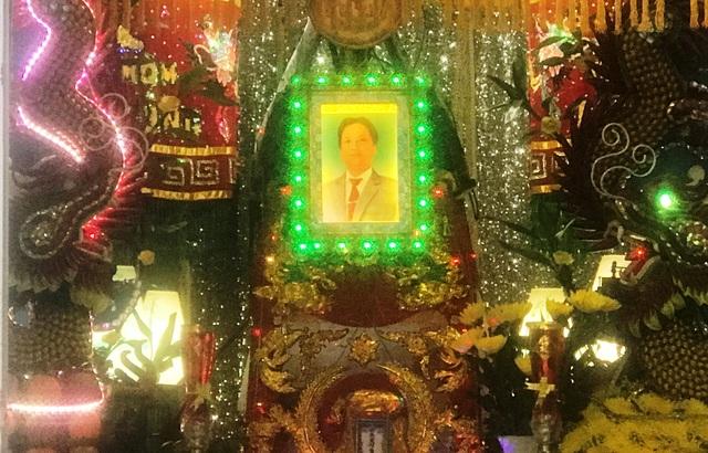 Gia đình tổ chức hậu sự cho ông Tân.