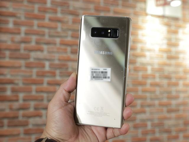 Galaxy Note8 màu vàng sở hữu lối thiết kế mạnh mẽ và nam tính hơn so với thế hệ Galaxy S gần đây. Điểm nhấn đó là cụm camera kép, đi cùng cảm biến vân tay đặt cạnh.