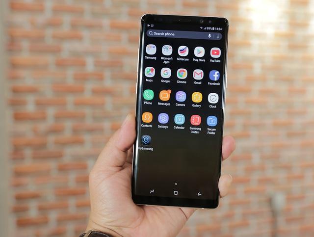 Về cấu hình, Galaxy Note8 trang bị vi xử lý Octa core (2.3GHz Quad + 1.7GHz Quad), 64bit trên tiến trình 10 nm, RAM 6 GB, bộ nhớ tùy chọn bắt đầu từ 64 GB, 128 GB và cuối cùng là 512 GB. Phiên bản tại VN có dung lượng bộ nhớ 64 GB.