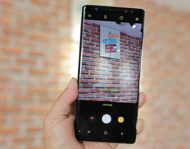 Điểm nhấn trong Note8 đó là cụm camera kép. Samsung trang bị hệ thống camera kép 12 MP với một ống kính góc rộng khẩu độ F/1.7 và ống kính tele có khẩu độ F/2.4. Hãng này đã cho biết, hệ thống camera mới có thể xử lý thông tin về chiều sâu của vật thể so với hậu cảnh thông qua việc kết hợp giữa thuật toán và việc kiểm tra chéo của 2 ống kính.