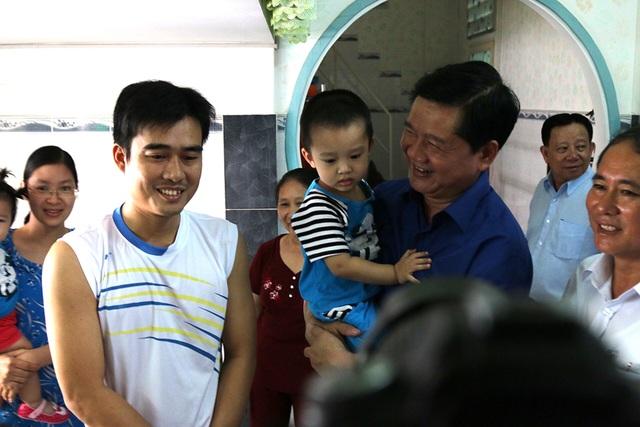 Bí thư Đinh La Thăng cùng đoàn công tác và lãnh đạo tỉnh Bình Dương lắng nghe, chia sẻ với người lao động đang cư ngụ tại một căn NOXH.