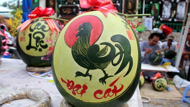 Biểu tượng ngày Tết được khắc tinh xảo trên vỏ dưa.