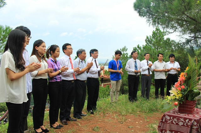 Khi vừa đặt chân về đến Quảng Bình, lãnh đạo Sở GD&ĐT, Trường THPT chuyên Võ Nguyên Giáp đã cùng em Nguyễn Thế Quỳnh đến dâng hương vị Đại tướng huyền thoại của dân tộc tại Vũng Chùa - Đảo Yến.