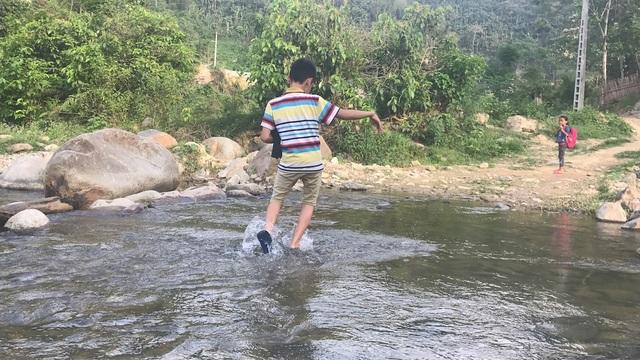 Em Vi Mạnh Hùng, học sinh lớp 8 ở bản Sàn nằm phía bên kia suối Chà Lạt. Với Hùng bị chân tật nguyền nhưng hằng ngày em phải lê những bước chân khó khăn qua suối để đi học.